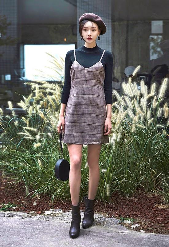 áo len cổ lọ kết hợp váy yếm