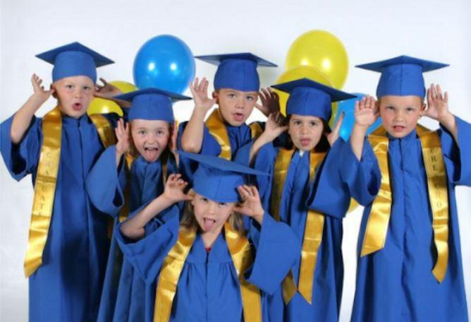 Đồng phục tốt nghiệp màu xanh cho trẻ