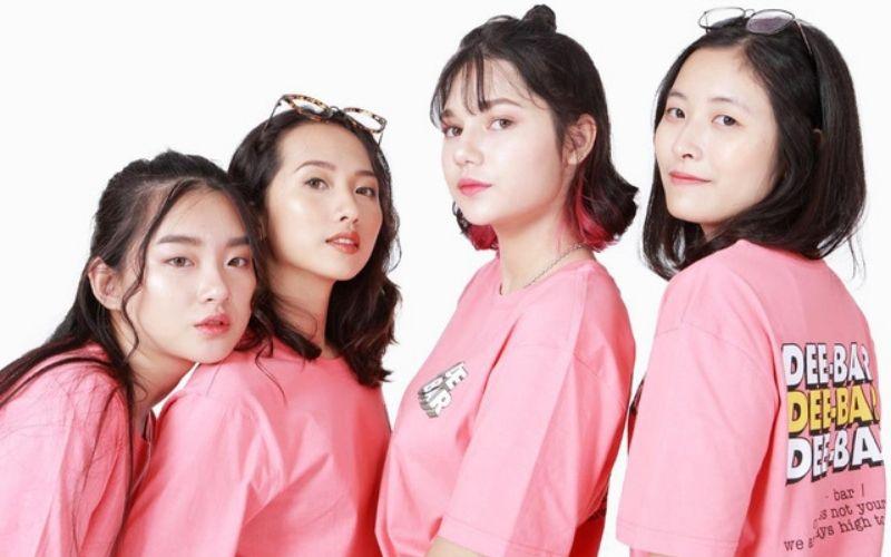 Áo lớp màu hồng phấn mang đến sự trẻ trung ngây thơ