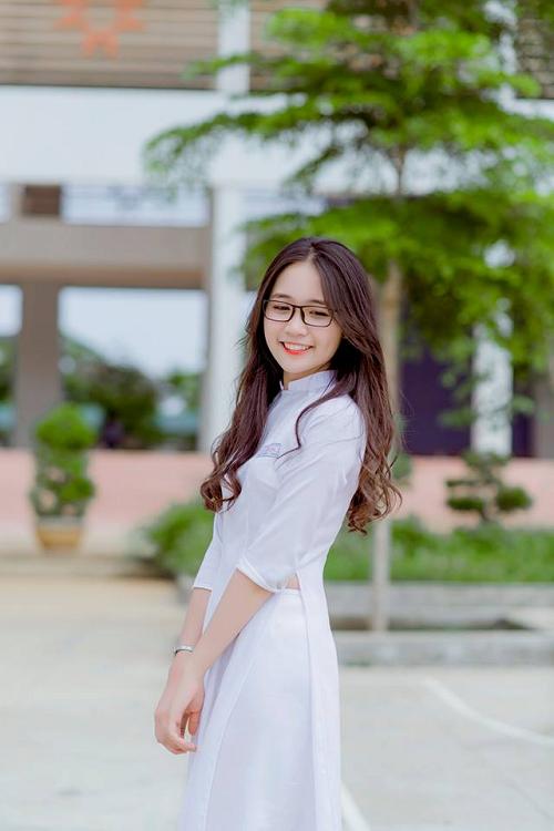 Mẫu áo dài học sinh nên sử dụng nút bấm hoặc day kéo bên hông