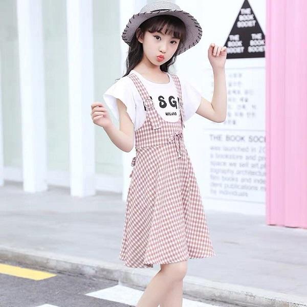 Kết hớp váy yếm và áo thun là cách phối đồ cho bé gái xinh xắn