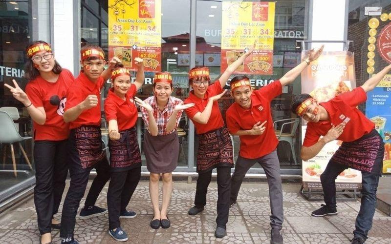Đồng phục Lotteria màu đỏ nổi bật