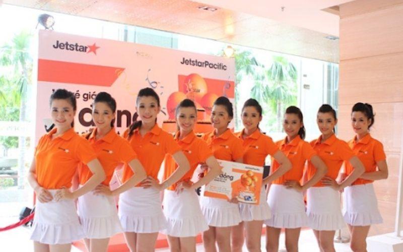 Đồng phục bán hàng màu cam thương hiệu Jetstar